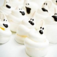 Halloween Gebäck: Meringue in Geisterform